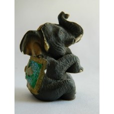Статуэтка пластик Слон серый, зеленая накидка