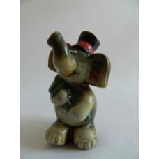 Статуэтка пластик Слон в шляпе и с цветами